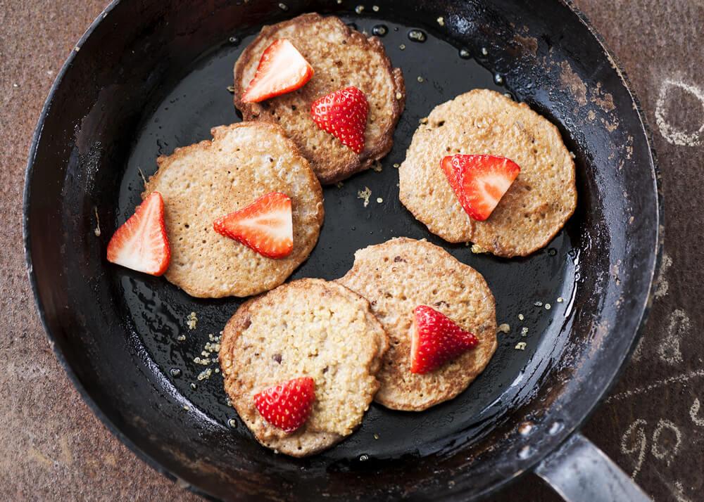 quinoa-pannenkoeken-met-dadels-en-walnoten